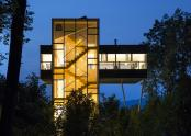 Casa cu un living suspendat la 9 metri deasupra terenului