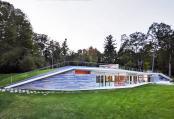 Un pavilion cu acoperis verde integrat in peisajul lacului Lake George
