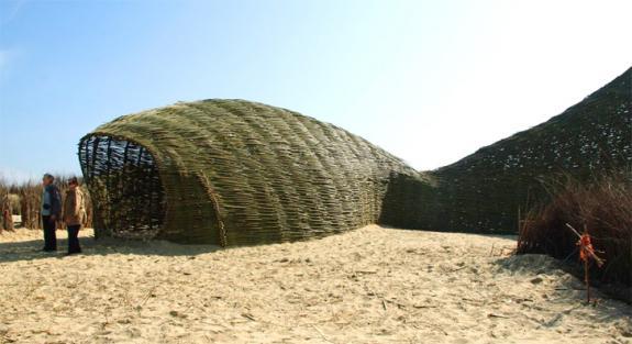 Constructia temporara Sandworm din lemn de salcie