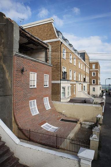 Fatada casei din Margate care se scurge pe curtea din fata proprietatii