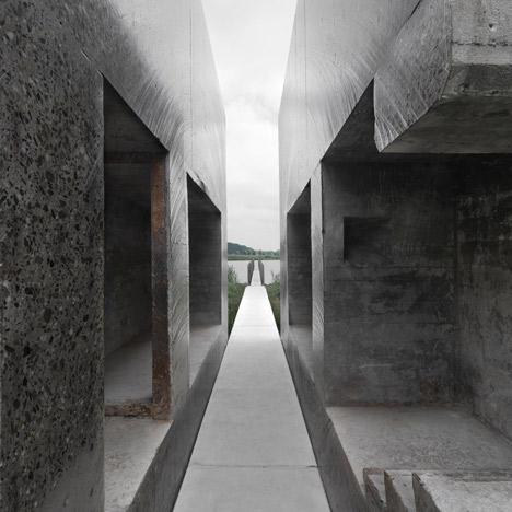 Buncar din beton armat taiat in doua parti egale