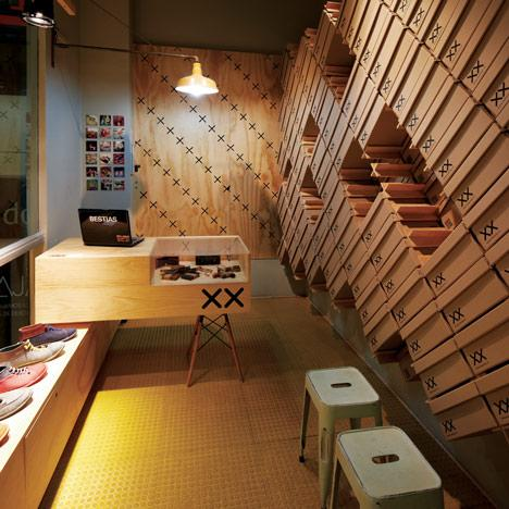 Interiorul unui magazin de pantofi asamblat in doar 12 ore