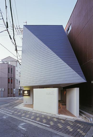 Un magazin care imbina arhitectura traditionala japoneza cu designul contemporan