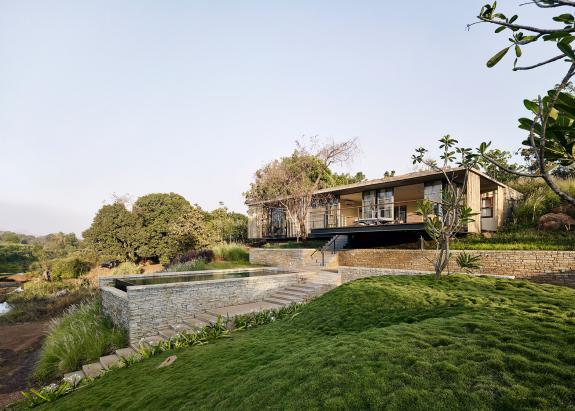 O casa de vacanta cu acoperis vegetal, de-a lungul unui rau in India