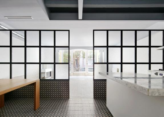 Spatiile unui apartament din Barcelona, definite cu ajutorul materialelor contrastante